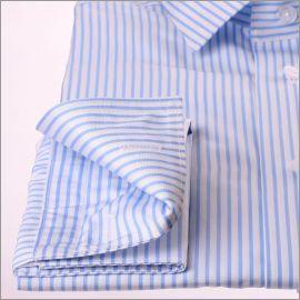 Chemise à rayures blanches et bleu clair et poignets mousquetaires