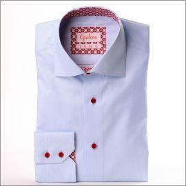 Chemise bleu clair à col et poignets à motifs fleuris rouges sur fond blanc