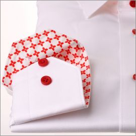 Chemise blanche à col et poignets à motifs rouges
