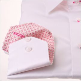 Chemise blanche à col et poignets à motifs fleuris fuchsias