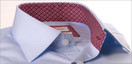 Chemise bleu ciel à col et poignets à losanges lie de vin