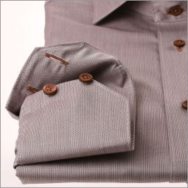 Chemise à mini chevrons marrons et beiges et boutons marrons