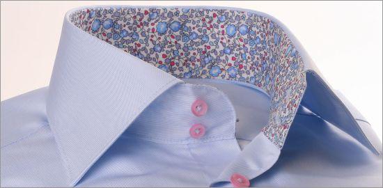 Chemise bleu ciel à col et poignets à motifs fleuris bleus