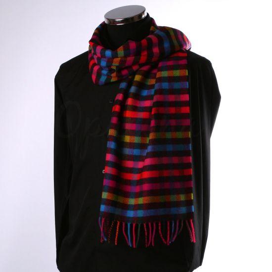 Echarpe en laine à carreaux multicolores sur fond noir